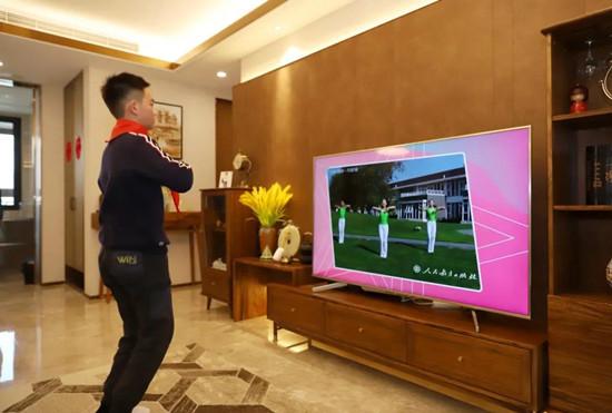 """直击上海中小学在线上课第一天 143.5万学生""""收骨头"""""""