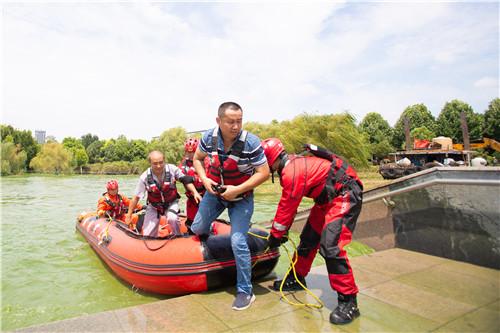 安徽巢湖蓝藻爆发上海消防下水清理