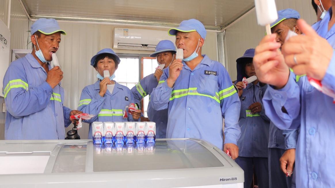 致敬高温下的城市建设者上海在这些地点设置了爱心冰柜
