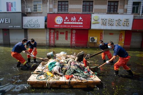 安徽巢湖:洪水退去村民回迁清淤消杀