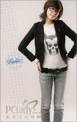 色气质长袖短款修身小西装,简单的设计,下身搭配紧身牛仔裤,突
