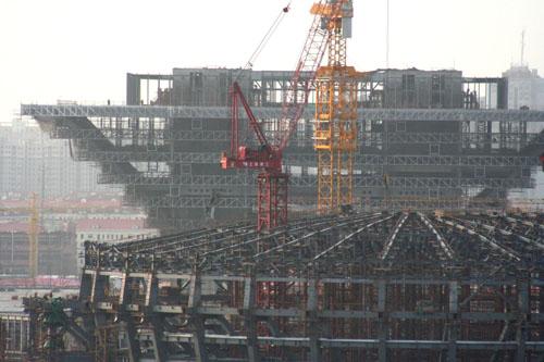 上海世博演艺中心完成大型钢结构吊装.