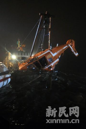 失事直升飞机从水中被吊起图片来源:新民网