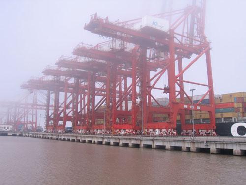 在上海外高桥码头和洋山港码头,80个小时中有超过200艘国际航行船舶