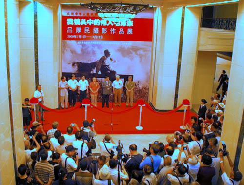 展出的一百余幅他拍摄的反映毛泽东工作、学习和生活的经典瞬间画面的珍贵照片,给观众留下深刻的印象。