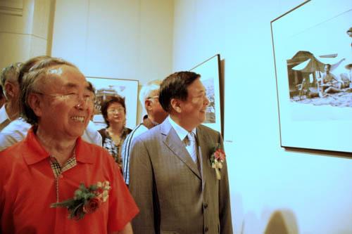 吕厚民先生,身着大红T恤衫参加开幕式.他说�s�今天是党的生日开展非常高兴.没有毛泽东,就没有新中国�u�