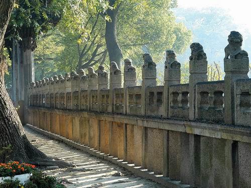 孔庙门前的72尊石狮子在述说着古老的箴言