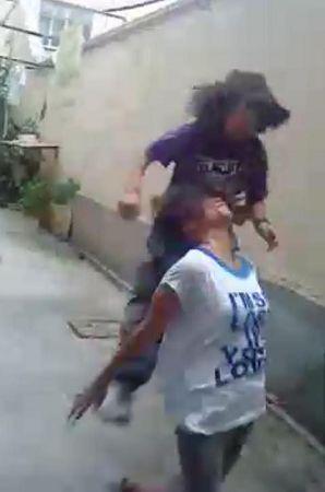 友被抢 上海一女生狂殴同学视频网上热传