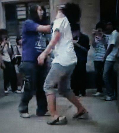 视频中 熊姐对另一女生抽耳光