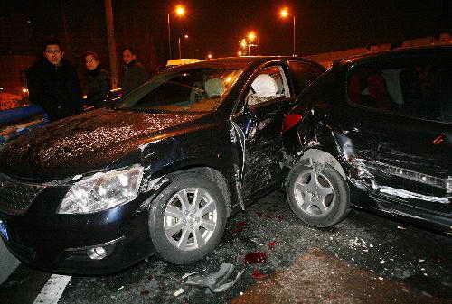 路面积雪酿祸 27车相撞搅翻内环高架
