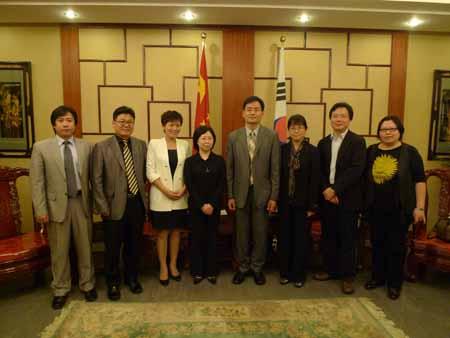 湖南大学老师代表在中国驻韩国光州领事馆