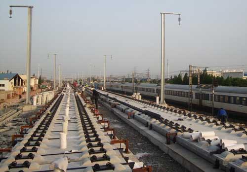350公里,全部采用新型的crtsⅱ型无砟轨道板,共需铺设轨道板48