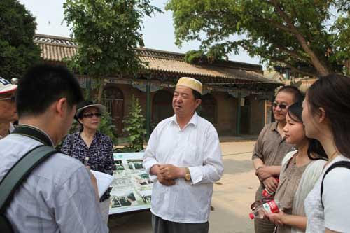 在向上海世博会主题演绎专家一行介绍当地情况.-谋划好 世博后 大图片