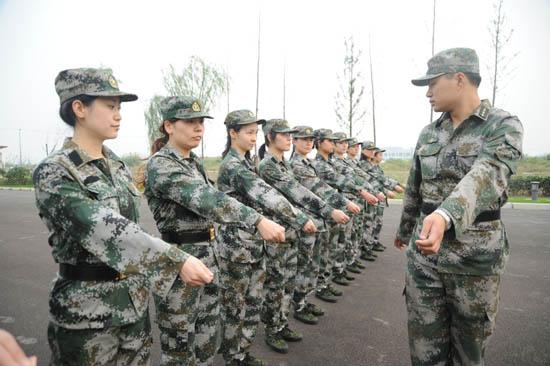 人民网上海频道10月26日消息   训队列、唱军歌、听讲座、正军容、抓教育连日来,上海市徐汇区组织今年新录用的70多名公务员(含参照),在上海某预备役高炮团进行为期5天的严格军训。期间,参训人员身着军装,在紧张的军营生活中,他们严格遵守军营一日生活制度,从立正稍息和正步齐步开始学起,按照新条令的规定要求,完整地接受了单个军人队列每一个动作的训练。同时,他们还以观看录像、专题讲座、板报评比、主题座谈和军地联谊等形式,把国防教育纳入军训全过程。通过紧张的军训,不断增强了军训人员的纪律观念、团队精神、国防